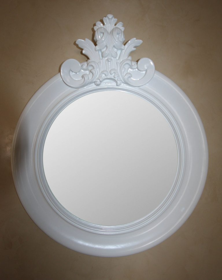 зеркало в белой раме